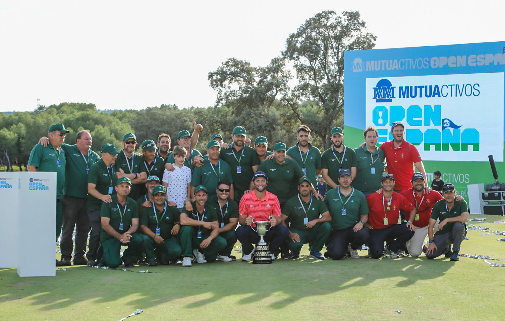 El campeón Jon Rahm posa con el equipo de mantenimiento del Club, al que ha agradecido su labor. Foto: Miguel Ros