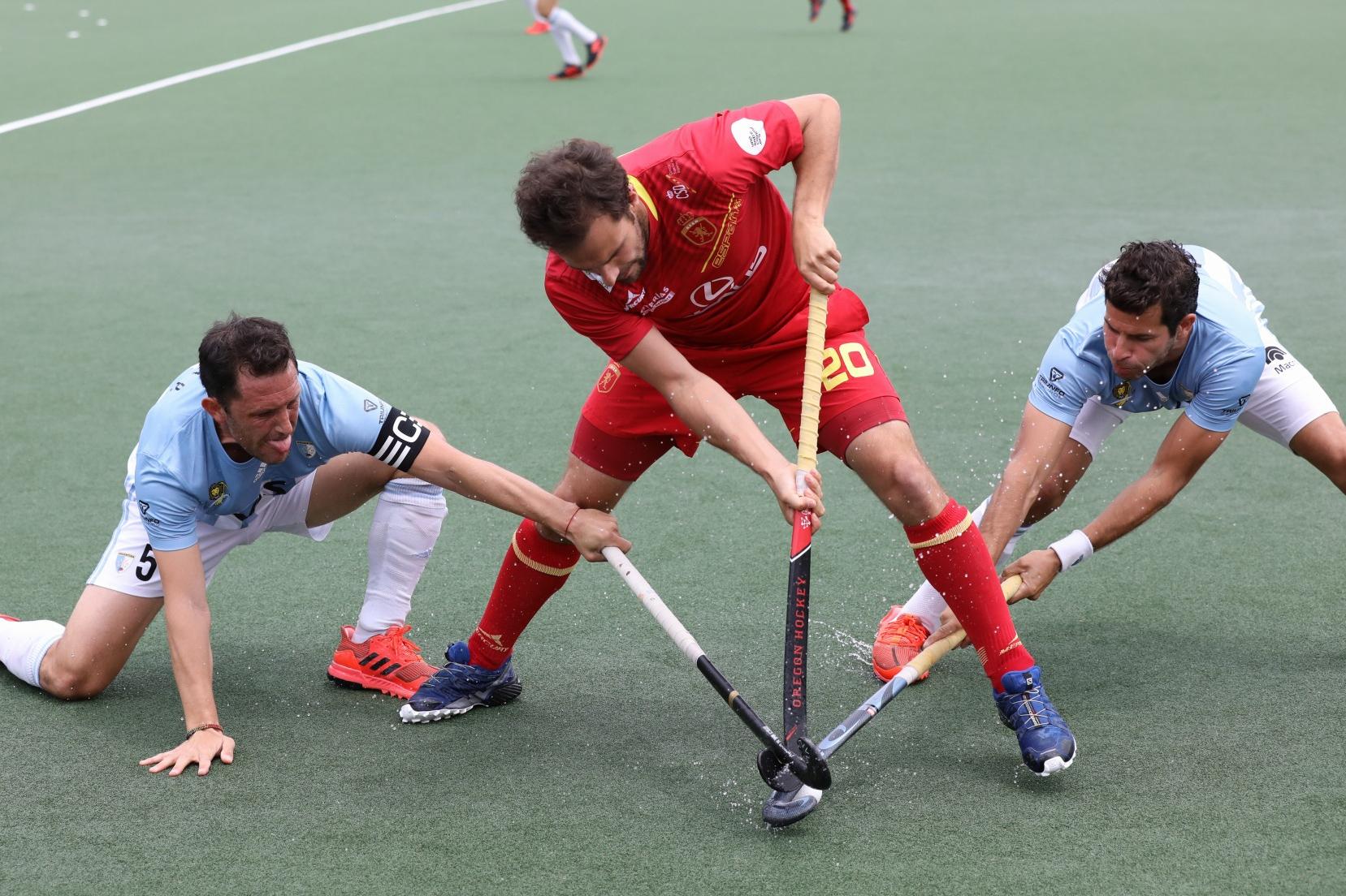 Dos jugadores argentinos presionan a Marc García. Foto: Miguel Ros