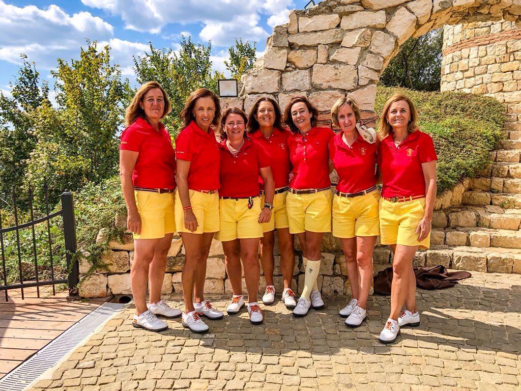María de Orueta (segunda por la izquierda), con el resto del equipo español sénior del Europeo. Foto: RFEG