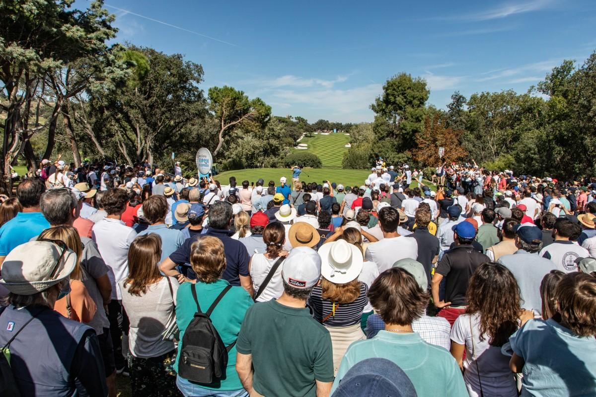 El público, atento al golpeo de Adri Arnaus. Foto: Miguel Ros / CCVM