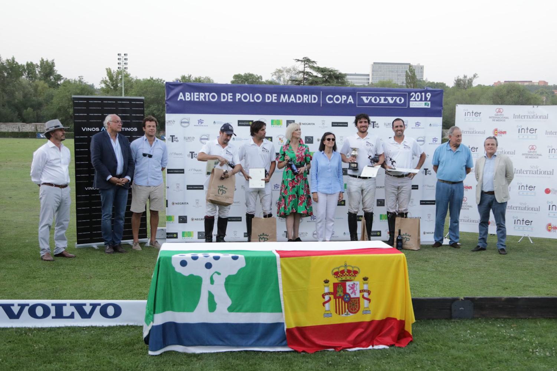 El equipo ganador, el Riva Polo Team, con los organizadores y representantes de la Embajada de Argentina y del Club. Foto: Miguel Ros