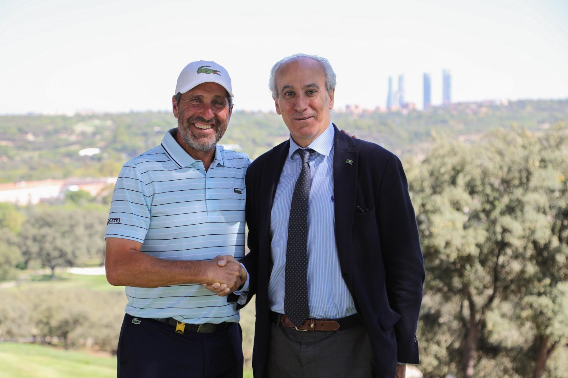 El gerente del Club, Juan Carlos Vera Pró (dcha.), con el golfista José María Olazábal. Foto: Miguel Ros