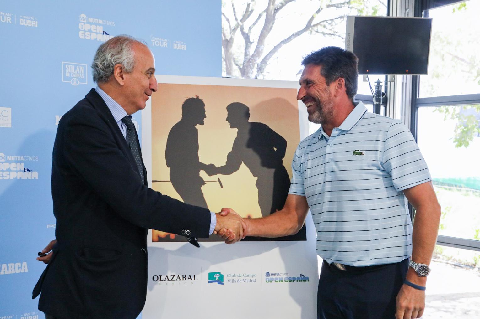 El gerente del Club, Juan Carlos Vera Pró, y José María Olazábal (dcha.) se estrechan la mano. Foto: Miguel Ros