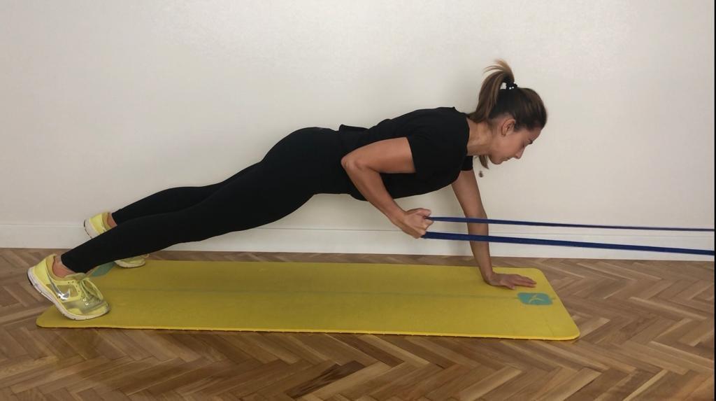 María López sigue un plan de entrenamiento en casa.