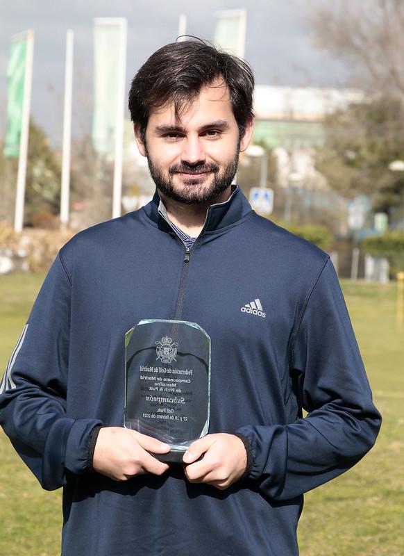 José Domingo Osma muestra el trofeo de subcampeón de Madrid P&P. Foto: FedGolfMadrid
