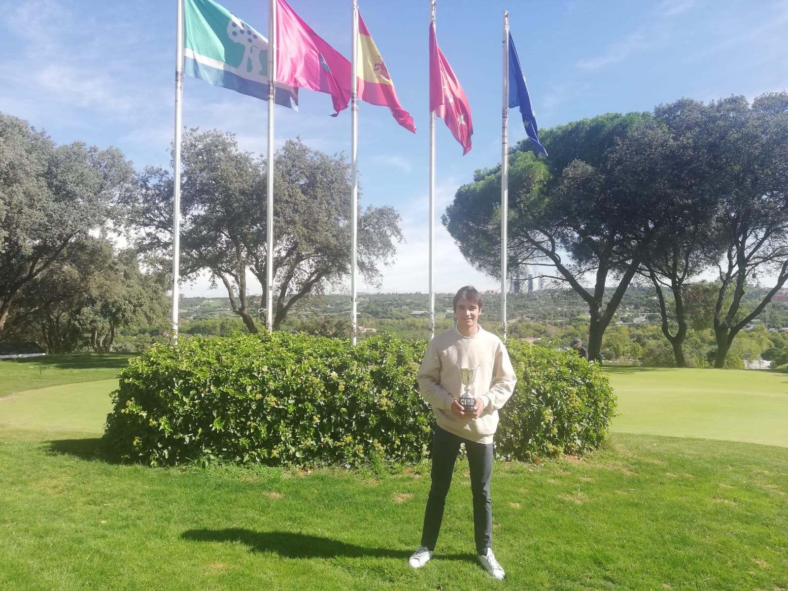 Alejandro Aguilera, con el trofeo de campeón absoluto de golf CCVM.
