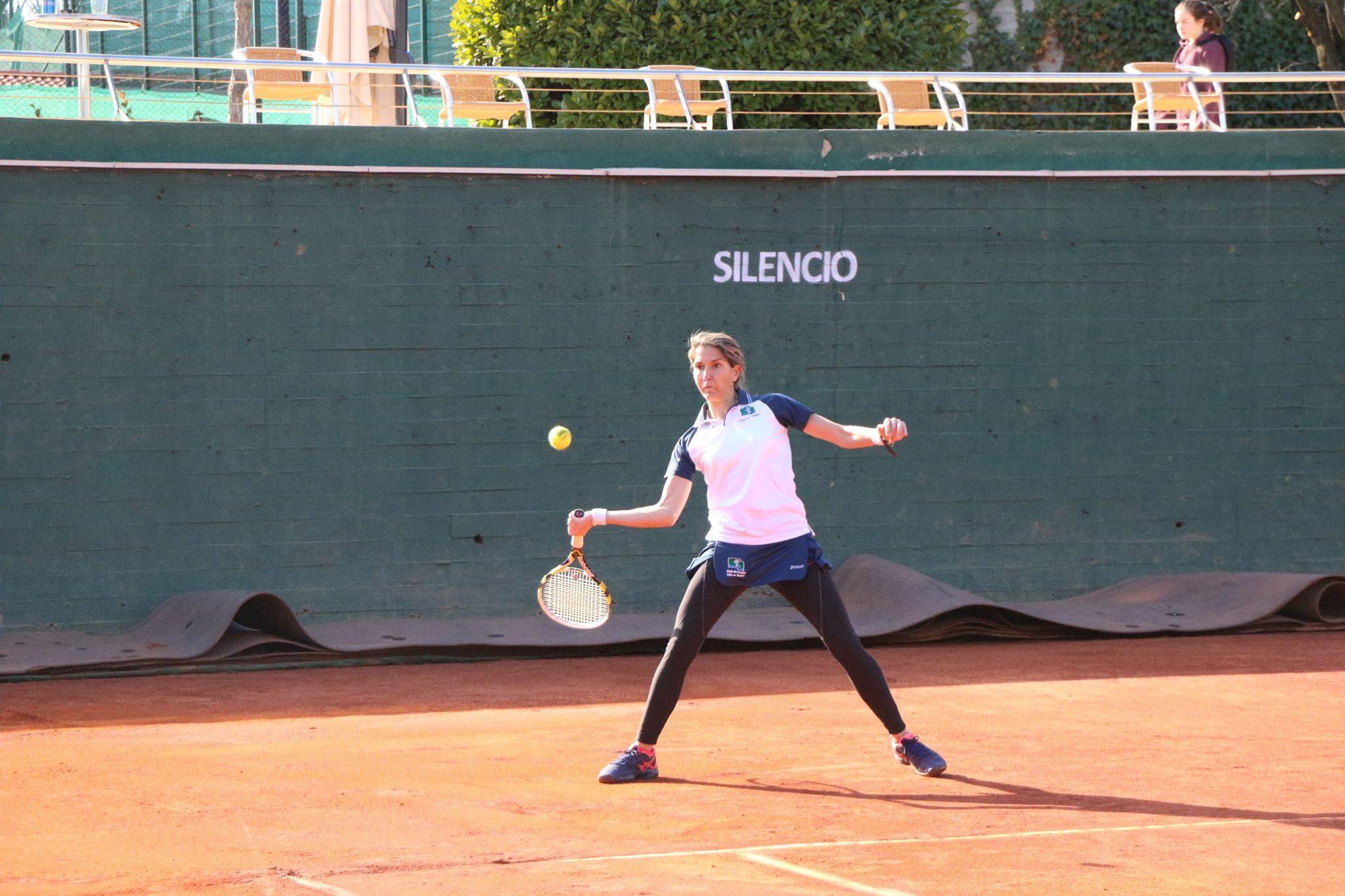 Alejandra Vilariño golpea de derecha en su partido contra Ana Salas