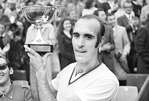 Andrés Gimeno levanta la copa de campeón de Roland Garros de 1972.