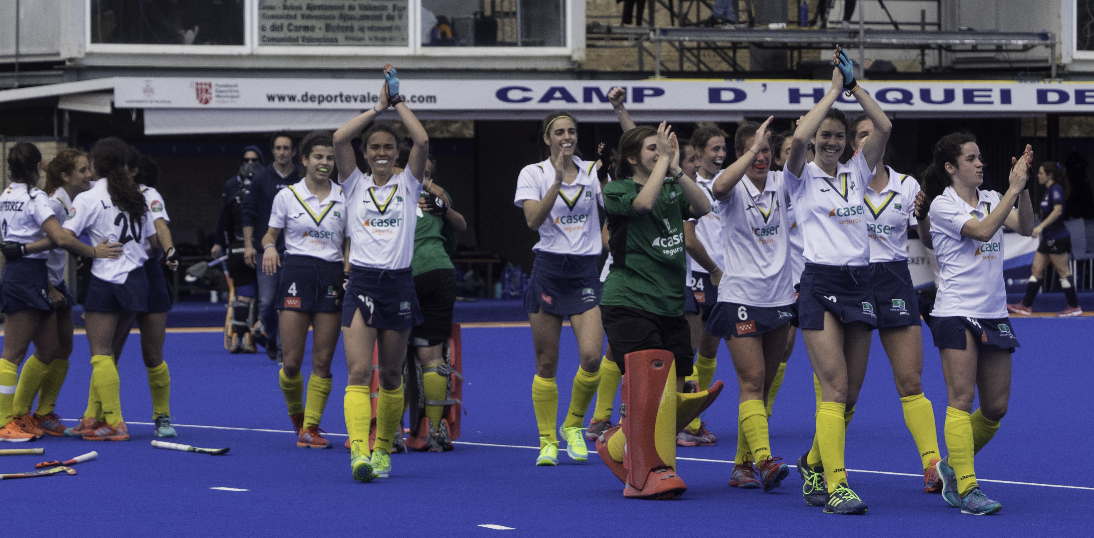 Las jugadoras del Club de Campo aplauden a los aficionados desplazados a Valencia. Foto: Ignacio Monsalve