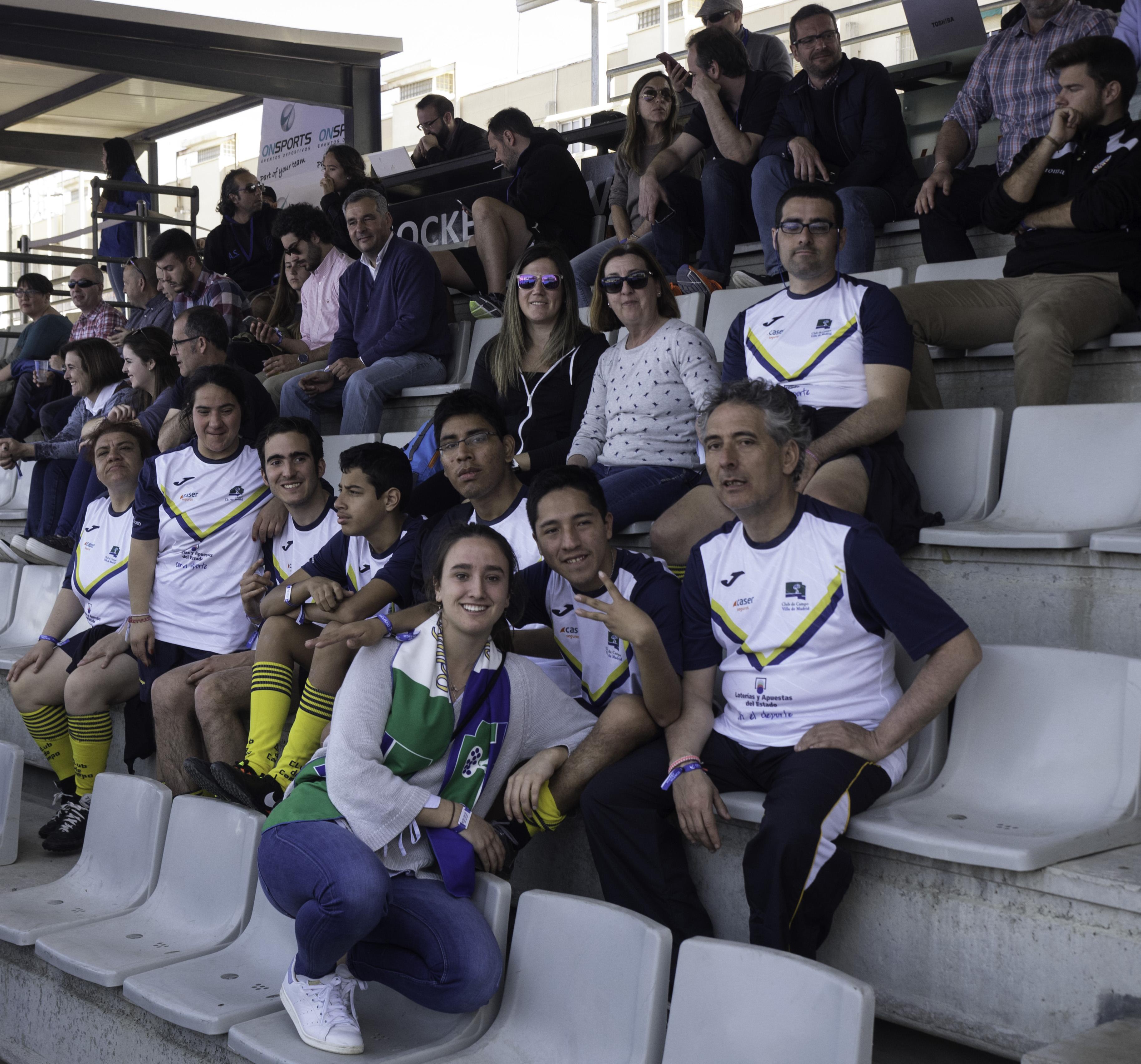 Belén Iglesias acompañada por los jugadores de Special Hockey del Club. Foto: Ignacio Monsalve