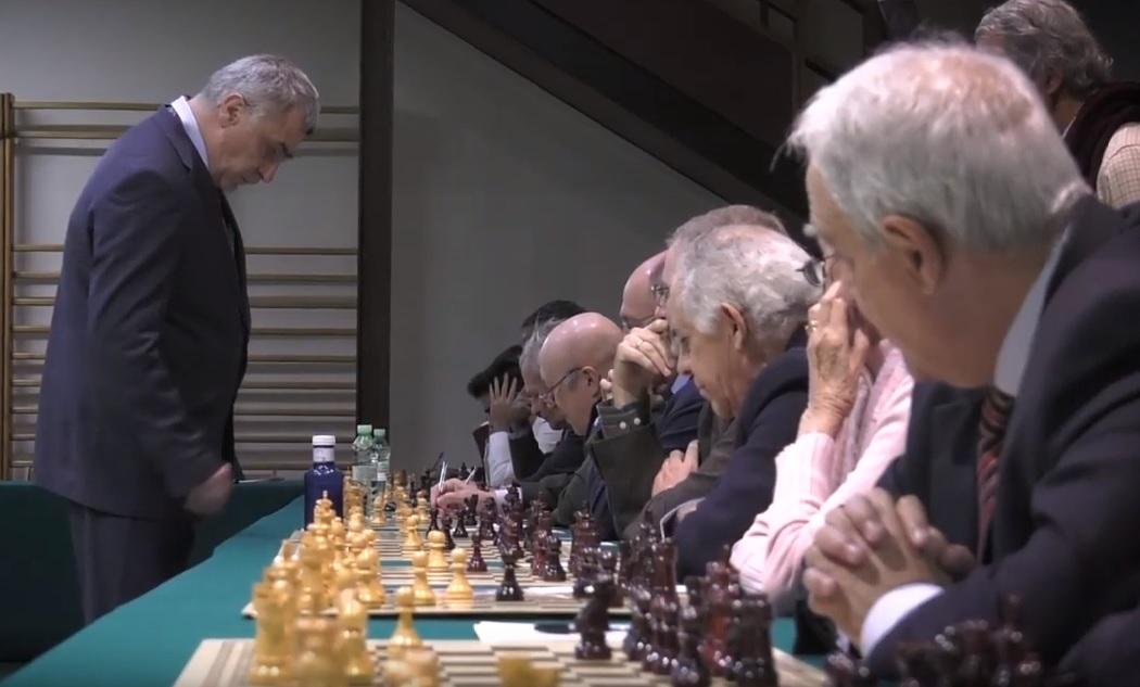 El Gran Maestro Ivanchuk, durante la exhibición de partidas simultáneas en el Club.