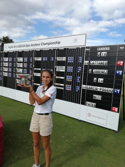 Cayetana Fernández levanta el trofeo de campeona en Inglaterra.
