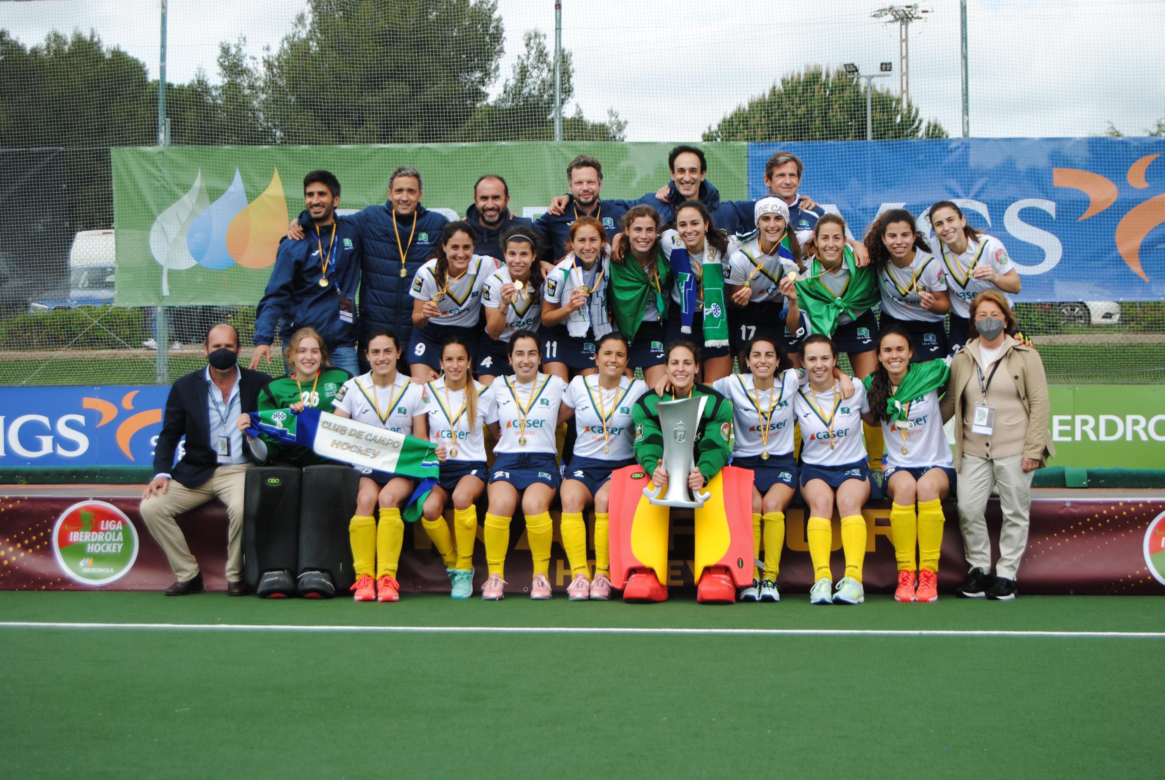 El Club de Campo de hockey posa con el trofeo de campeonas de Liga. Foto: Rfeh
