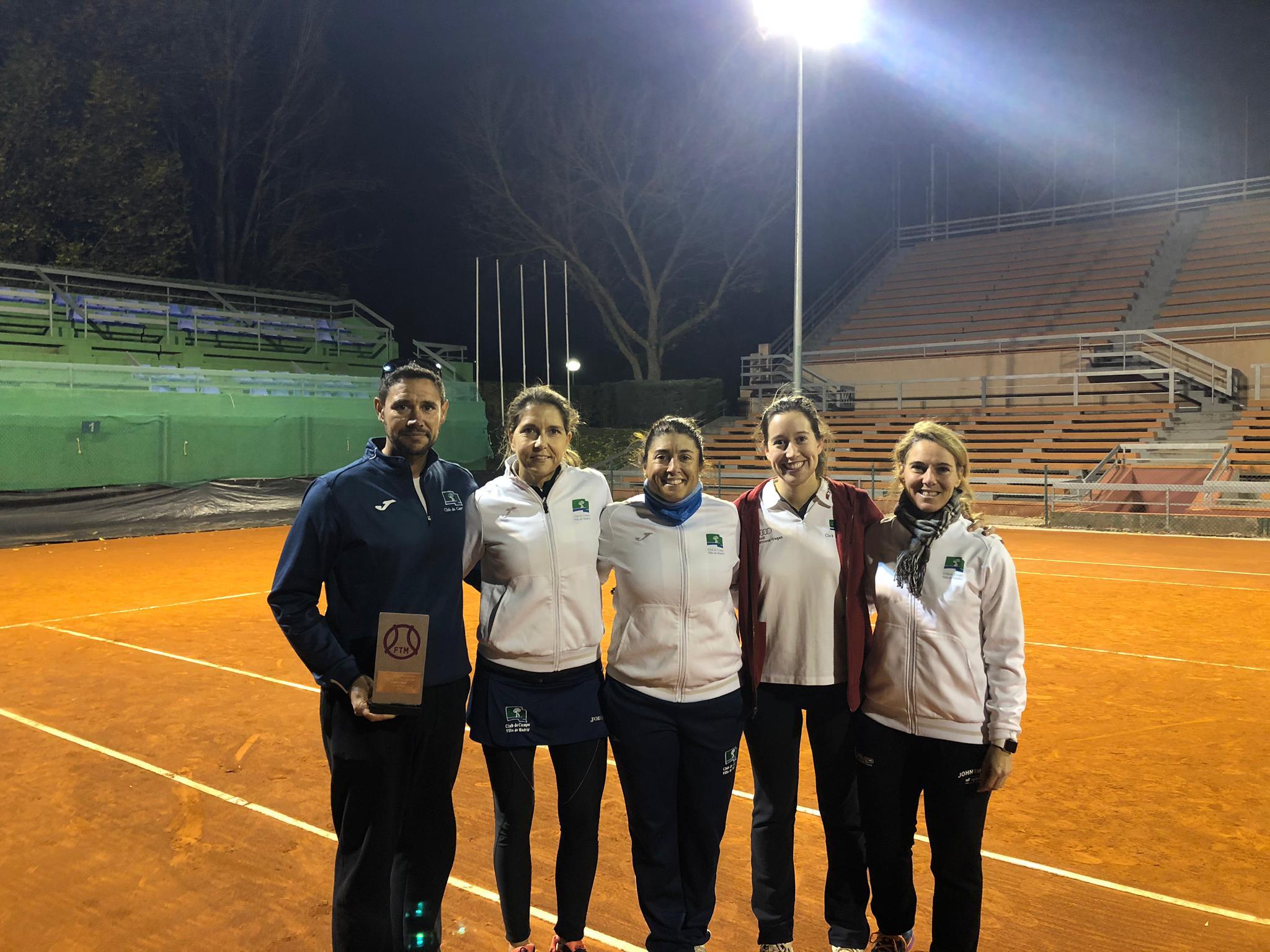 En la imagen, Carlos Tolsada, capitán del equipo absoluto femenino, y las jugadoras Alejandra Vilariño, María José Serrano, Lucía Ros y Chus Lara.