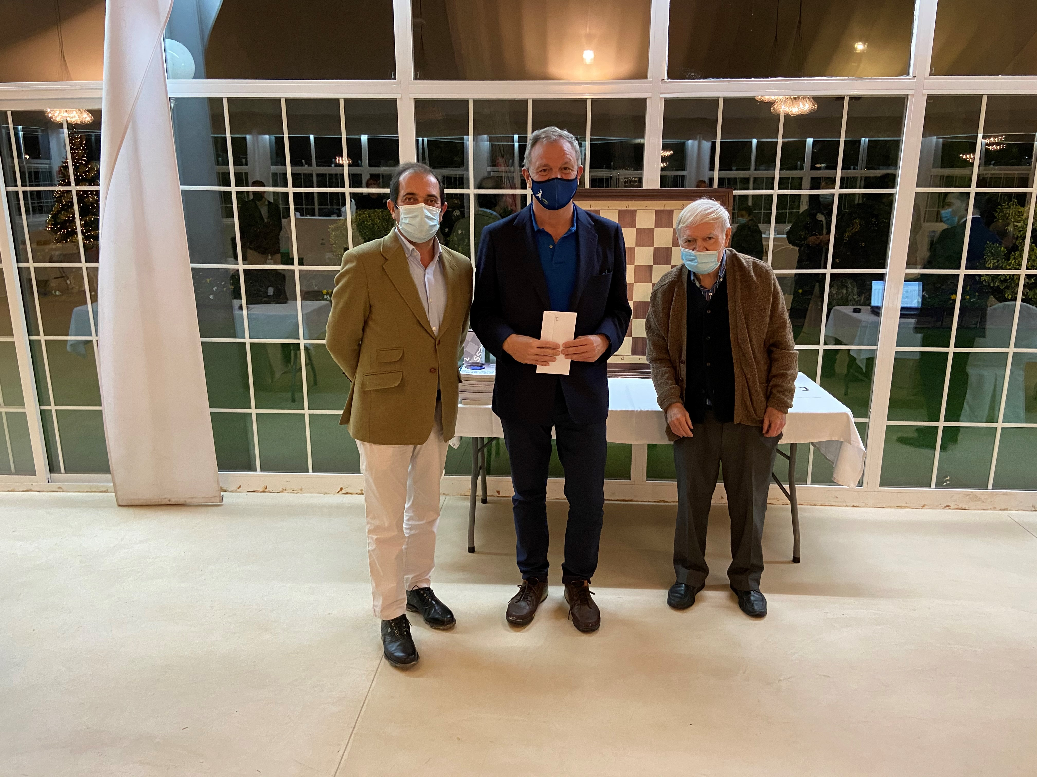El delegado de ajedrez, Martín San Segundo (dcha.), y el director de deportes, Jesús Barrera (dcha.), flanquean al subcampeón, Fernando Semprún.