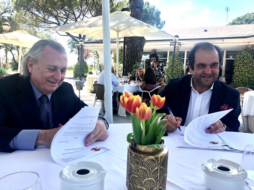 El presidente de la Federación Española de Croquet, José Luis Álvarez (izda.), y el Director de Deportes del Club, Jesús Barrera, firman la incorporación del Club a la Federación.