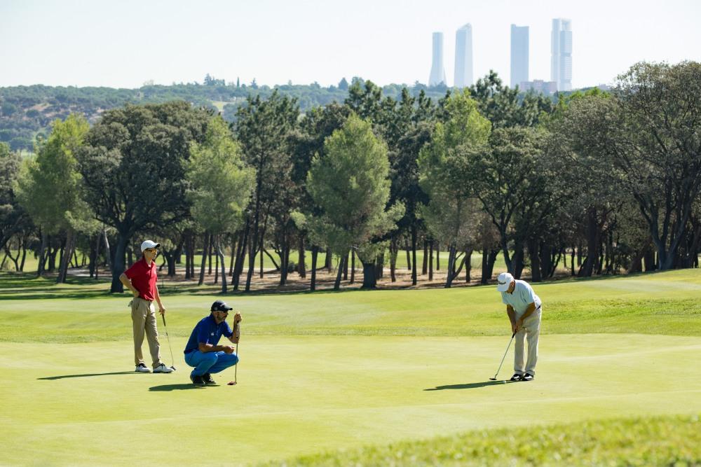 Jugadores de golf en el campo del Club.