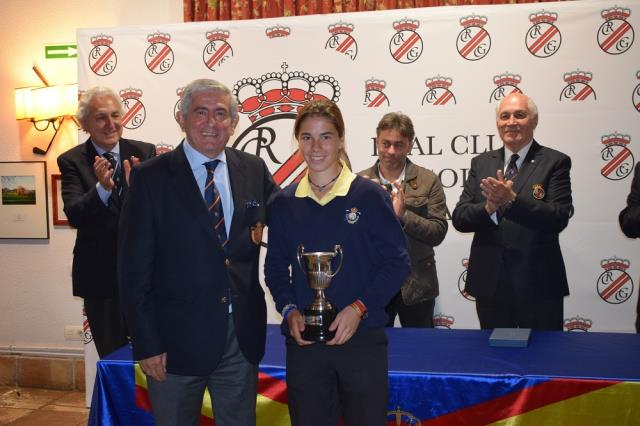 Gonzaga Escauriaza entrega el trofeo a Blanca Fernández. Foto: Federación Madrileña de Golf