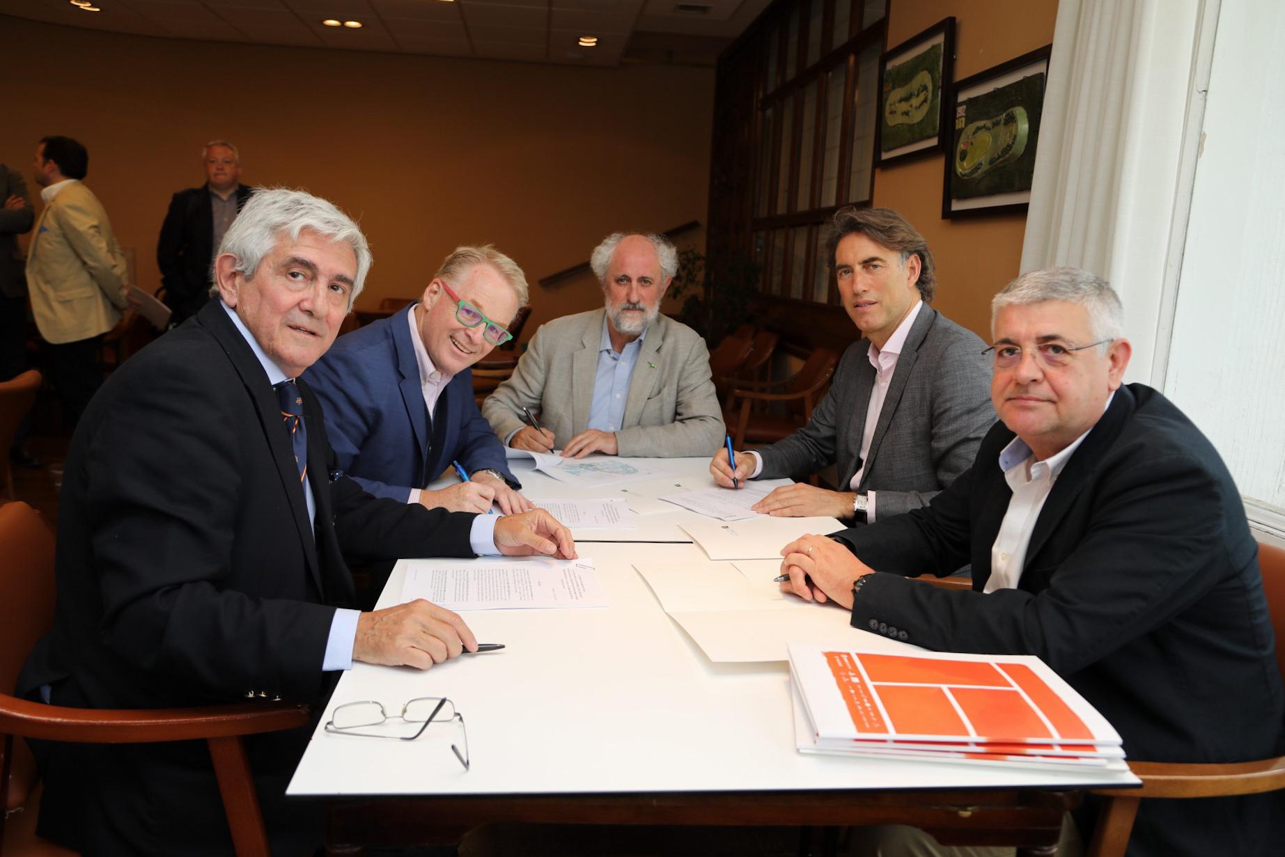 Gonzaga Escauriaza, Keith Pelley, Luis Cueto, Gerard Tsobanian y Jaime López en la firma del contrato en la Sala del Consejo de Administración del Club de Campo. Foto: Miguel Ros