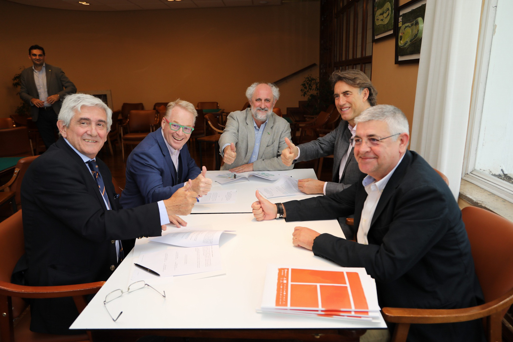 Gonzaga Escauriaza, Keith Pelley, Luis Cueto, Gerard Tsobanian y Jaime López muestran su satisfacción tras la firma del contrato. Foto: Miguel Ros