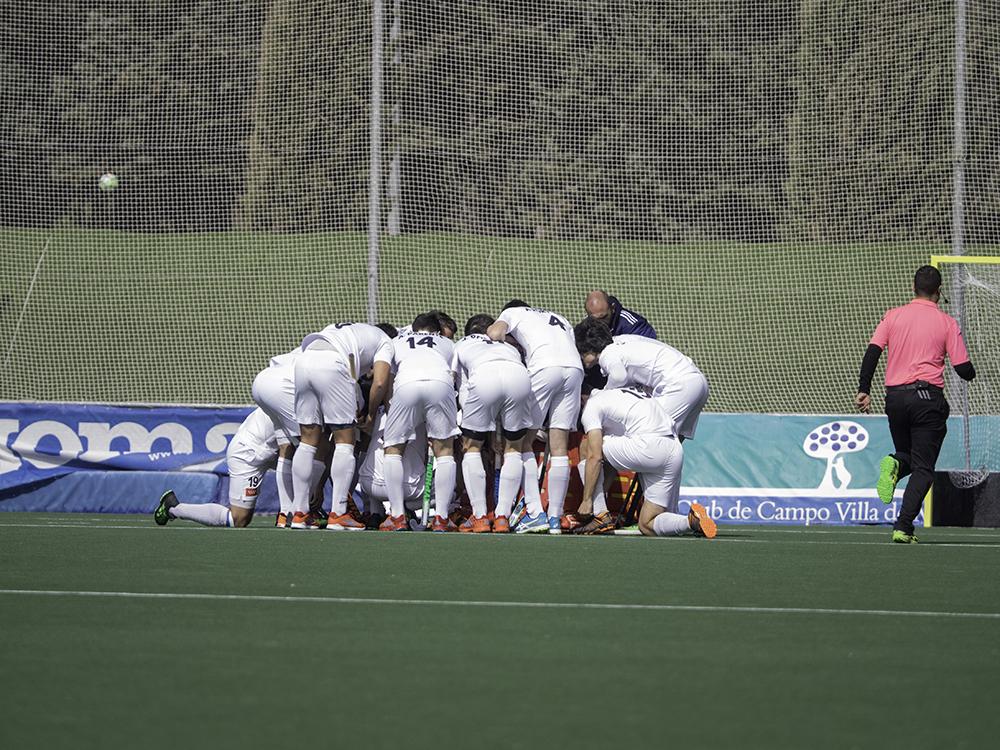 Los jugadores del Club de Campo hacen piña antes del comienzo de un partido. Foto: Ignacio Monsalve