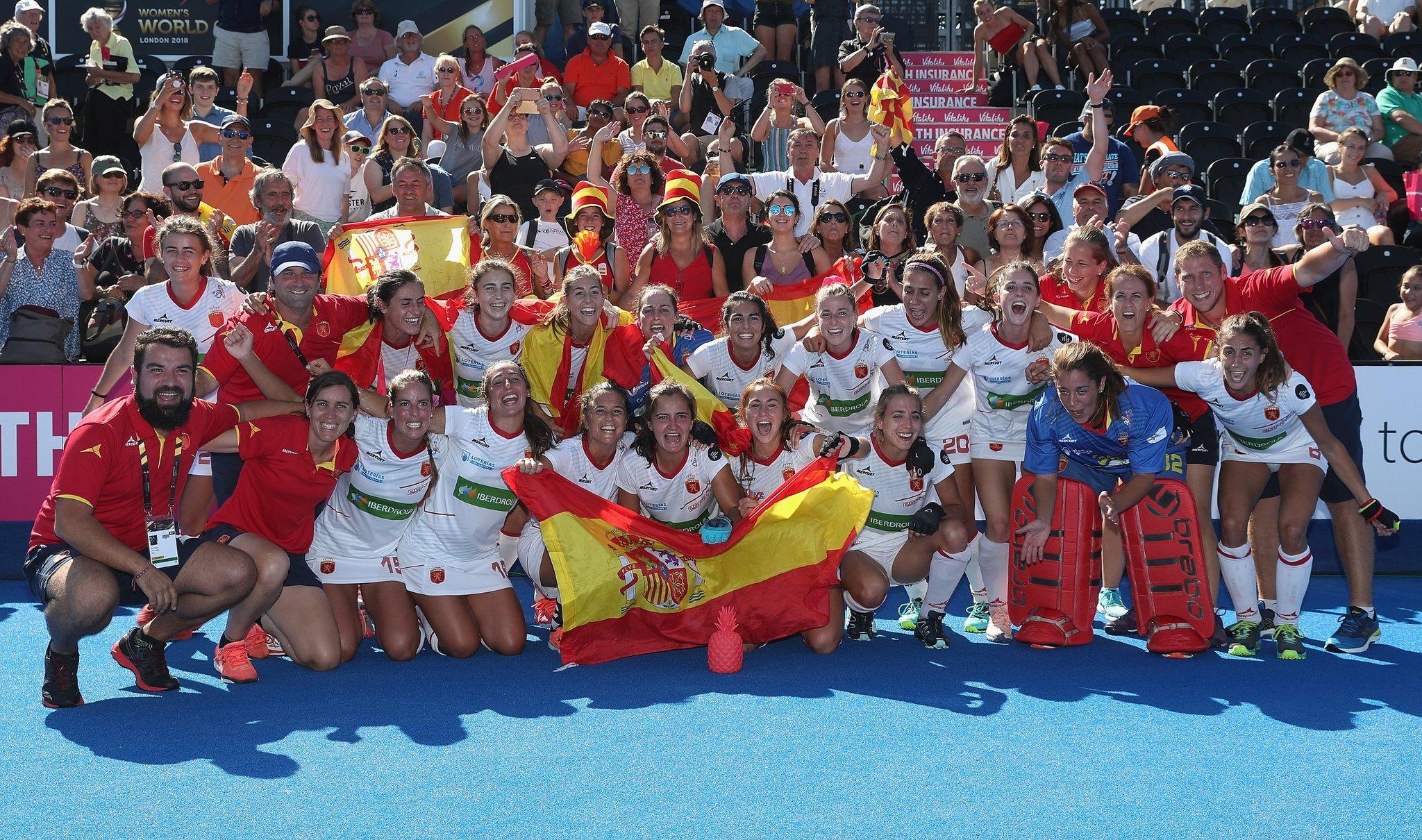 Jugadoras y cuerpo técnico celebran la medalla de bronce de España