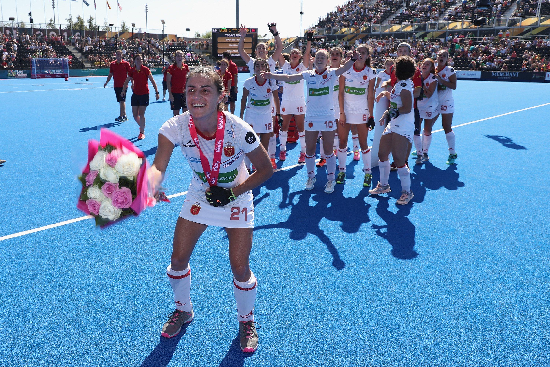 Bea Pérez lanza el ramo de flores de MVP del partido al resto de sus compañeras