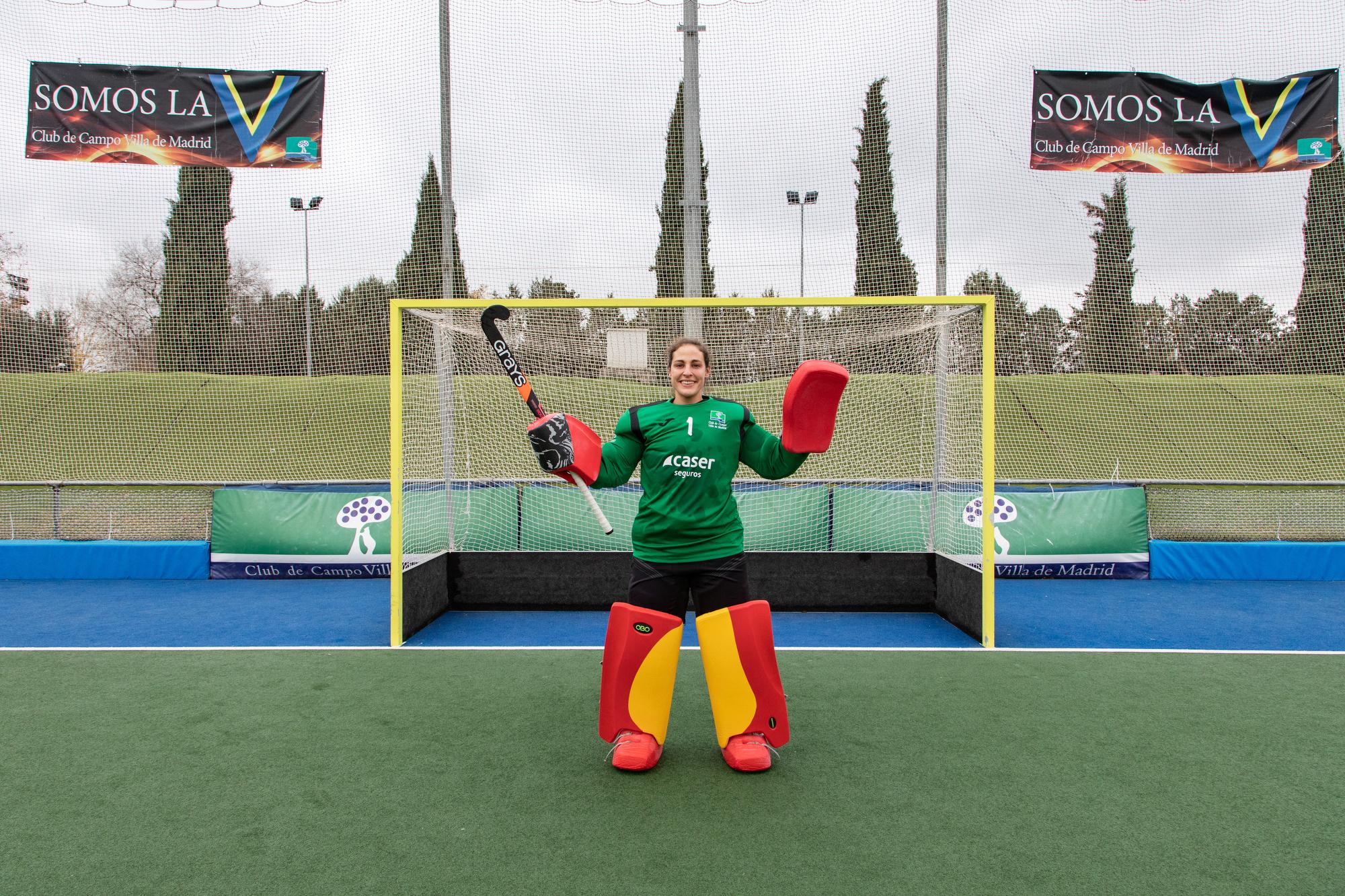 La portera María Ángeles Ruiz, en el campo de hockey del Club. Foto: Miguel Ros