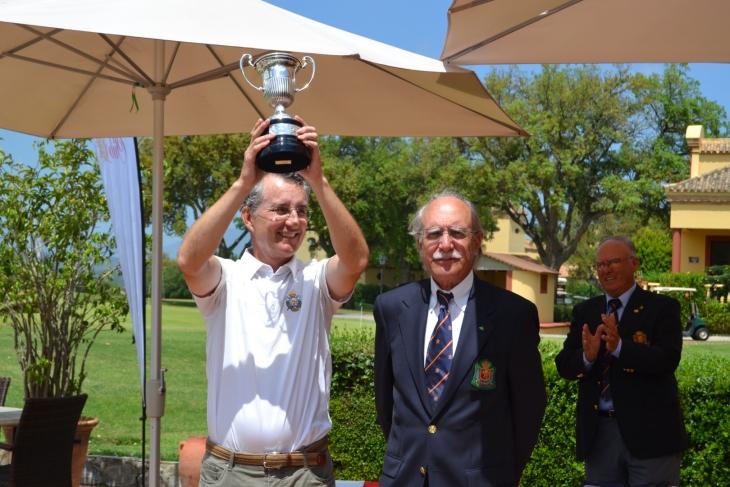 Ignacio González levanta la copa de campeón de España. Foto: Federación Madrileña de Golf