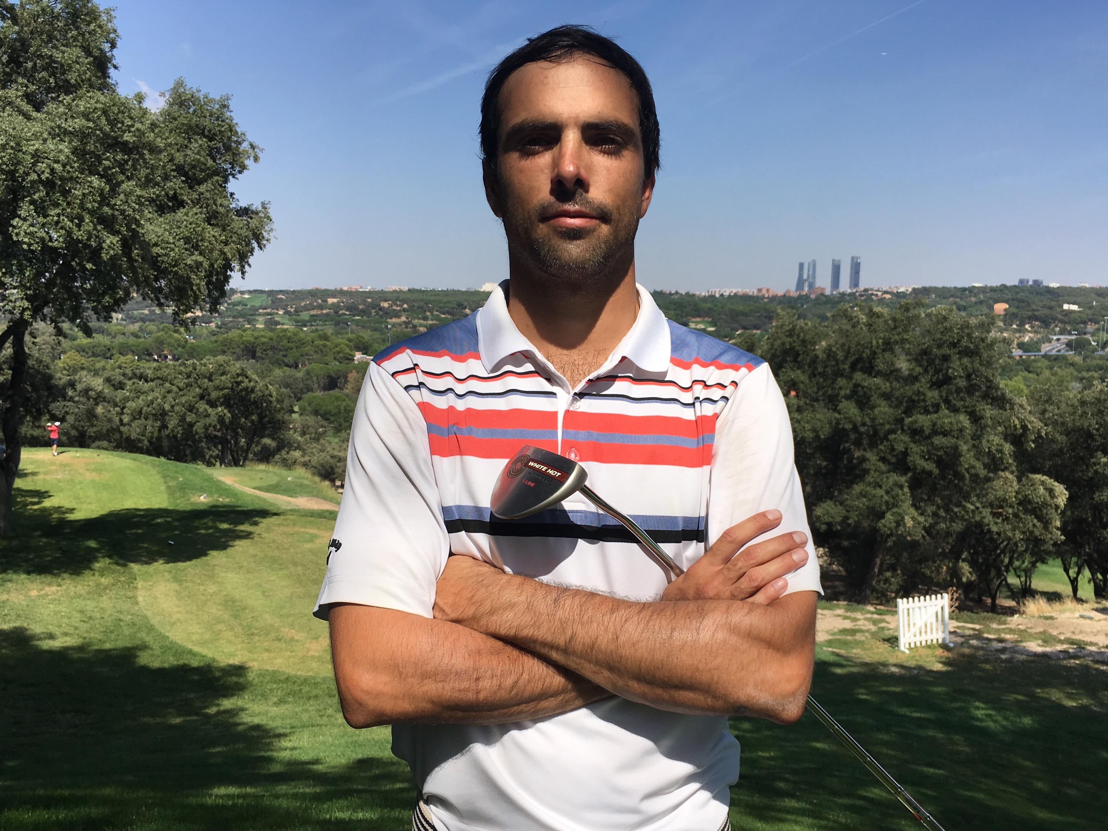 El golfista Juan Salama Monsalve en el tee del hoyo 1 del Club. Foto: EGD
