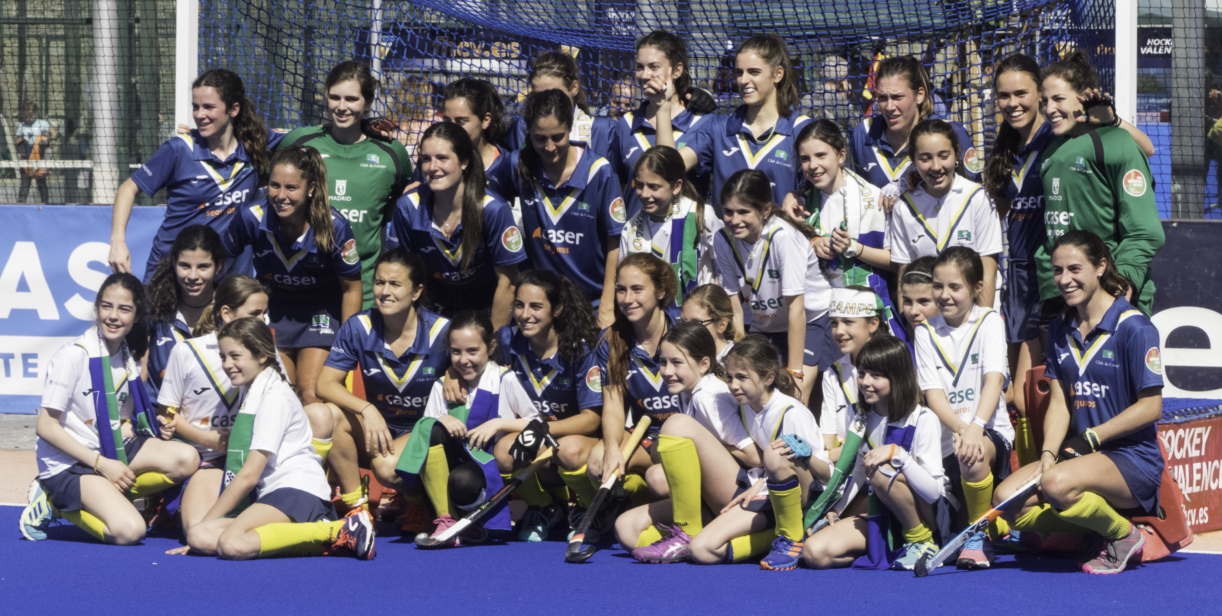 Las jugadoras del Club de Campo celebran el pase a la final con la hinchada. Foto: Ignacio Monsalve