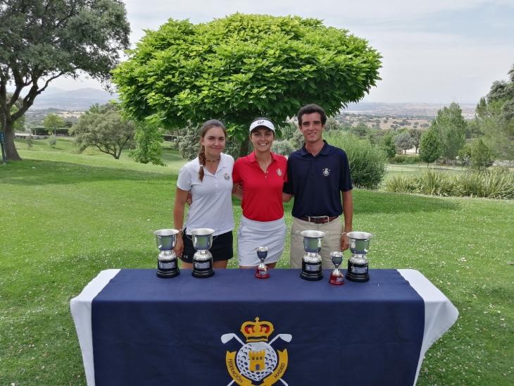 María Herráez (en el centro) posa tras ganar el Campeonato de Madrid sub 25. Foto: FedgolfMadrid