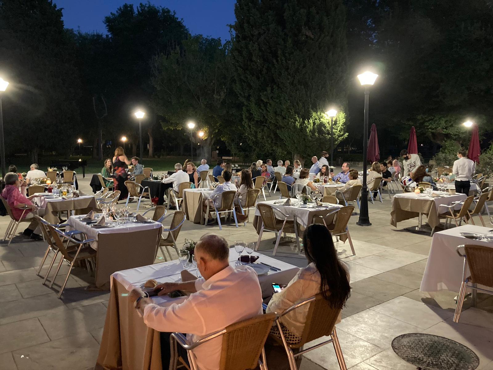 La terraza del restaurante La Raquette, situado en el Chalet de Tenis del Club.