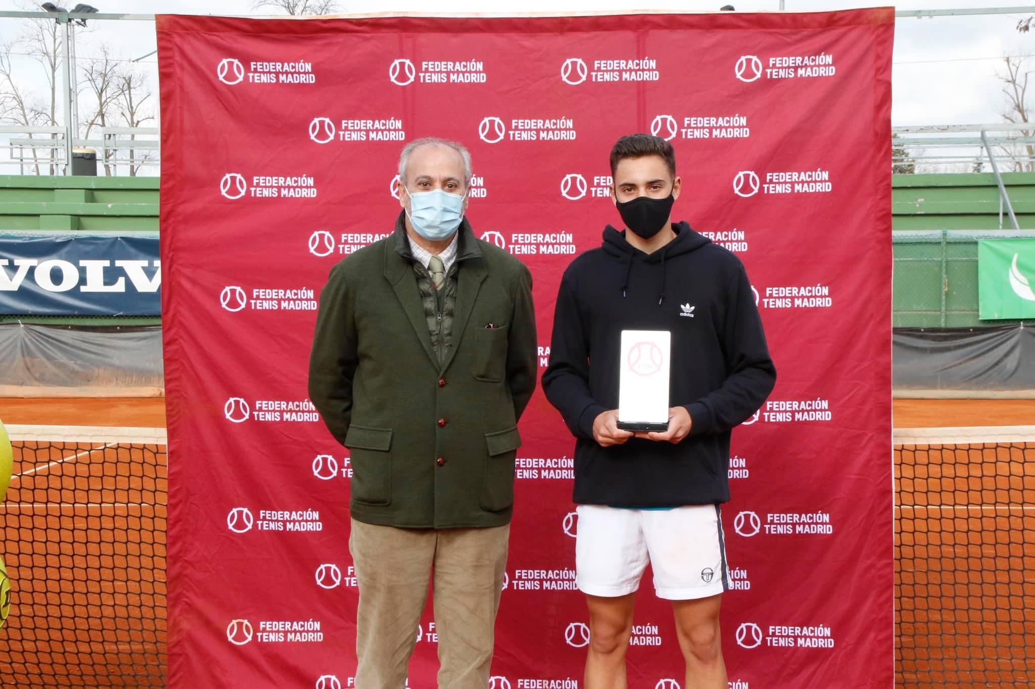 Pablo Masjuán, campeón absoluto de tenis, junto al gerente del Club, Juan Carlos Vera. Foto: FTM