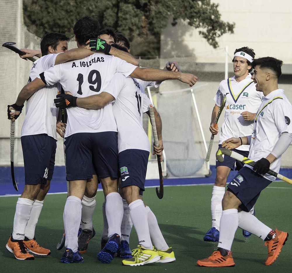 Piña del Club de Campo tras gol de Álvaro Iglesias. Foto: Ignacio Monsalve