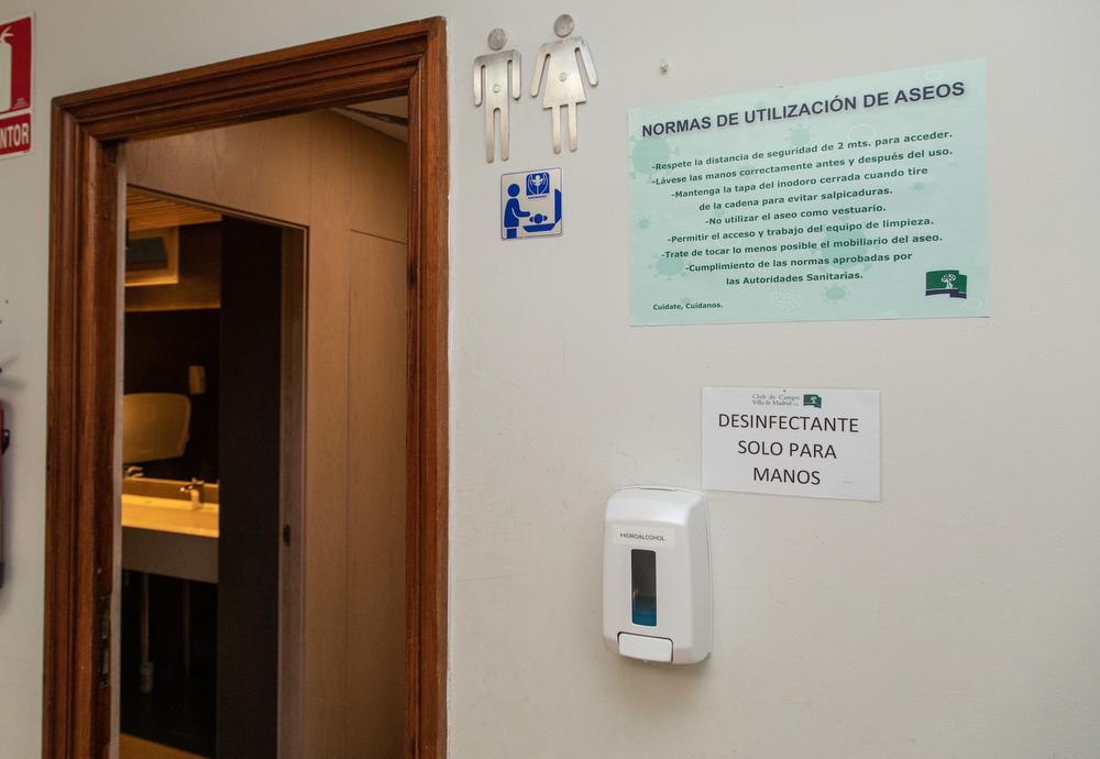 Cartel informativo y gel desifectante a la entrada de los baños del Club. Foto: Miguel Ros