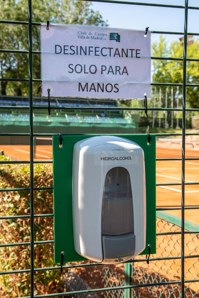 'Desifectante sólo para manos', en las pistas de tenis del Club. Foto: Miguel Ros