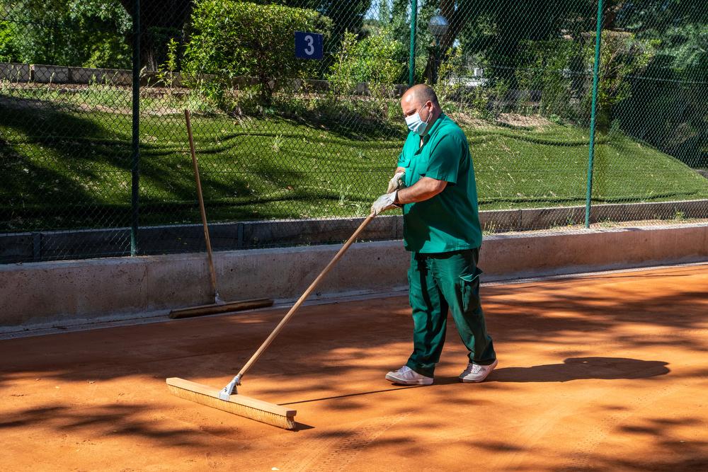 Un trabajador del Club acondiciona las pistas de tierra batida del Club. Foto: Miguel Ros