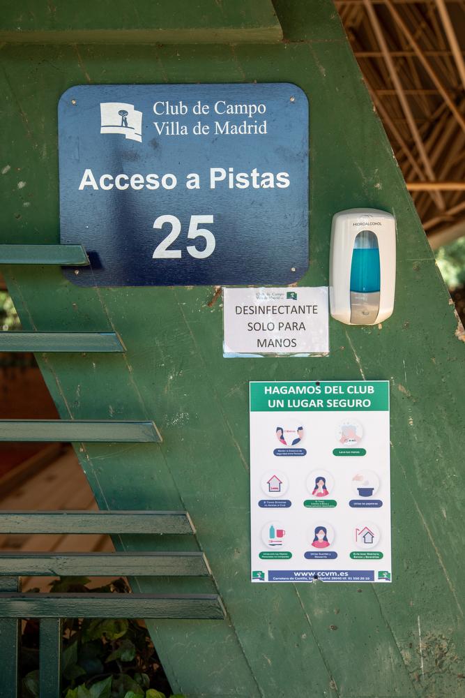 Carteles informativos en los accesos a las pistas de tenis del Club. Foto: Miguel Ros