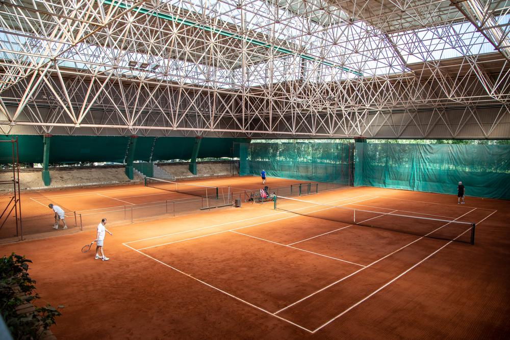 Partidos en las pistas cubiertas de tenis del Club. Foto: Miguel Ros