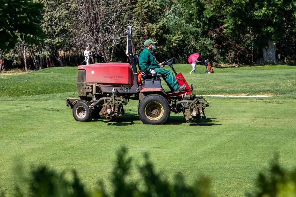 Matenimiento del campo de golf del Club. Foto: Miguel Ros