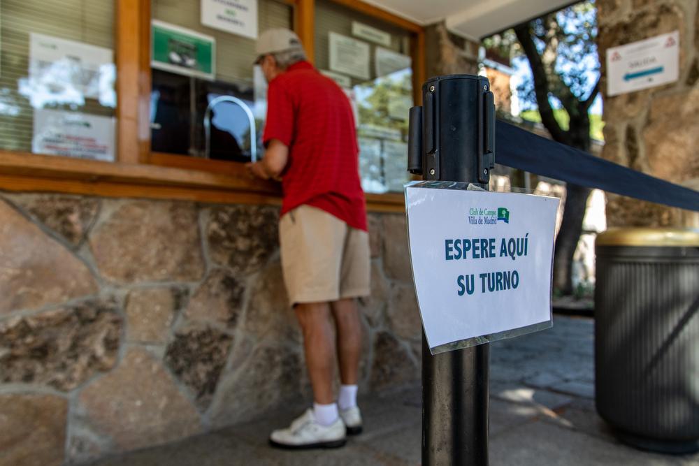 Un jugador de golf confirma su partido en el Club. Foto: Miguel Ros