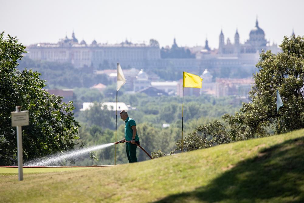 Un trabajador del Club riega el campo de golf. Foto: Miguel Ros