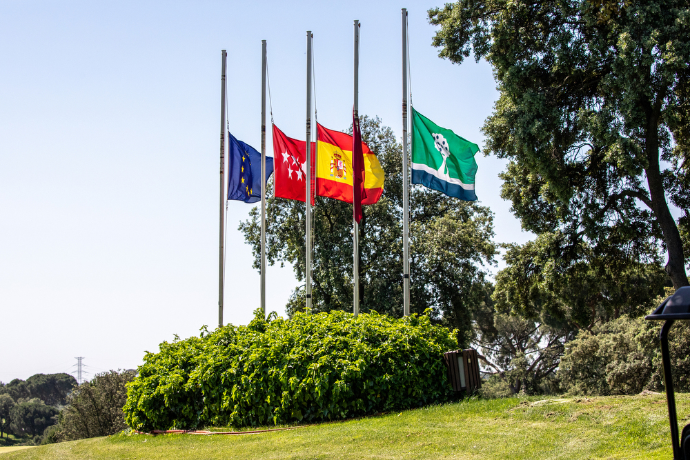 Las banderas del Club, a media asta como símbolo de luto por los fallecidos por el coronavirus COVID-19. Foto: Miguel Ros
