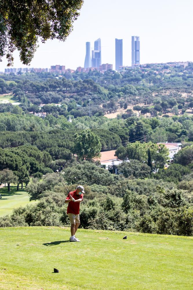 El campo de golf del Club, con las cuatro torres de Madrid al fondo. Foto: Miguel Ros