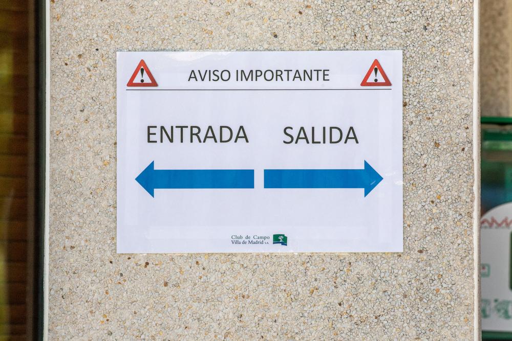 Cartel informativo en el Club de Campo Villa de Madrid. Foto: Miguel Ros