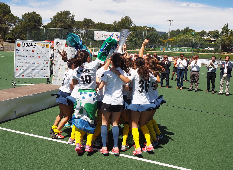 Rocío Gutiérrez levanta el título liguero 2016-2017 rodeada por sus compañeras