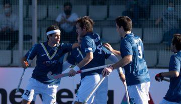 Quique González (izda.) celebra un gol con sus compañeros. Foto: Rfeh
