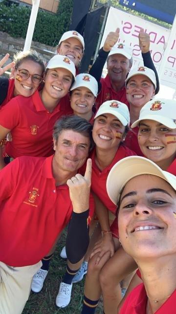 El equipo femenino de España celebra el segundo puesto en el Europeo Absoluto de golf.