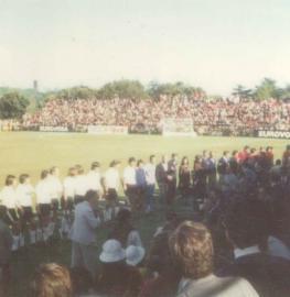 Alemania y España escuchan los himnos nacionales en la final del Europeo de 1974 en el Club de Campo